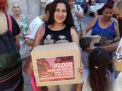 Viviana y sus 6 hijos desahuciada entrega 94.000 firmas a la CAM