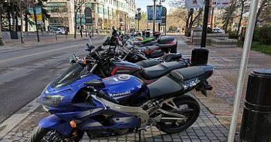 Cómo y Dónde aparcar bien tu moto para que no te multen
