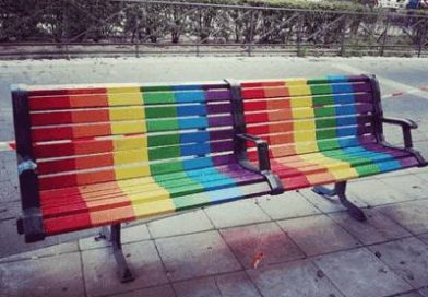#BancosInvertidos: la respuesta a la LGTBIfobia que llena de color los bancos de los barrios de Madrid
